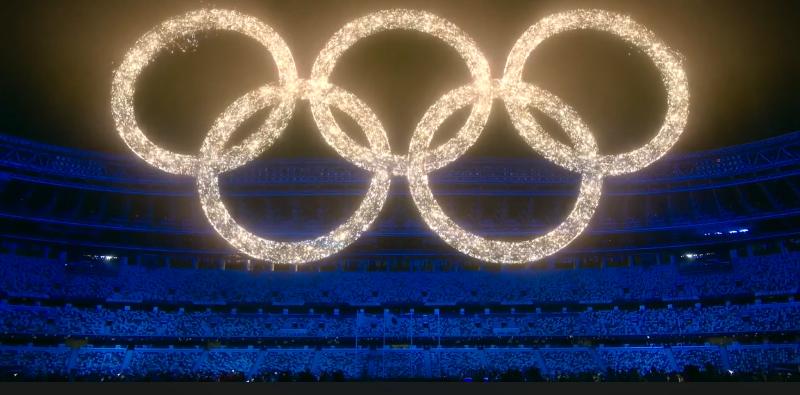 la foto ritrae i 5 cerchi olimpici realizzati con effetti di realtà aumentata durante la cerimonia di chiusura di tokyo 2020