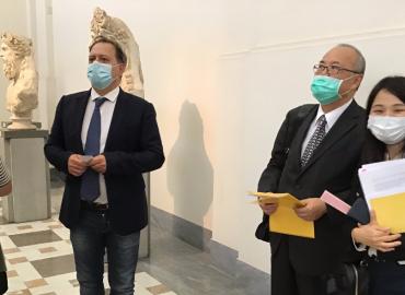 il direttore del mannpaolo giulierini insieme al direttore dell'istituto giapponese masuo nishibayashi